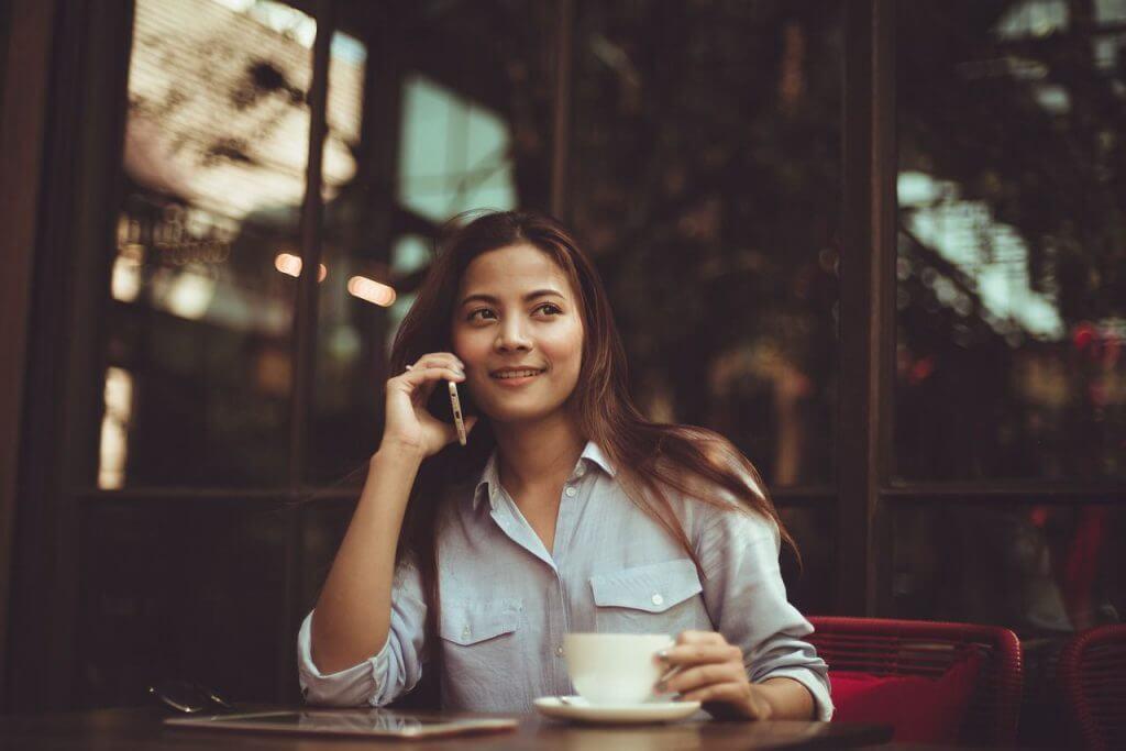 ユニバースクラブ 評判 女性が携帯で電話を指定r画像